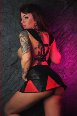 Leder Rock rote Dreiecke